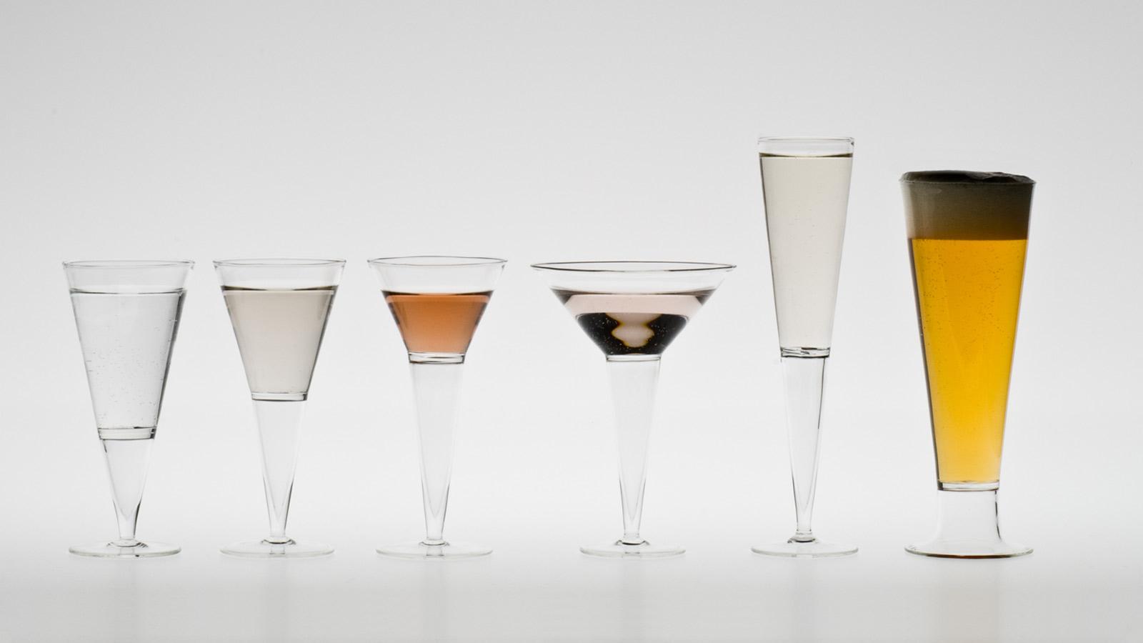 Air boire rares verres coniques pied avec une jambe - Place du verre a eau sur une table ...